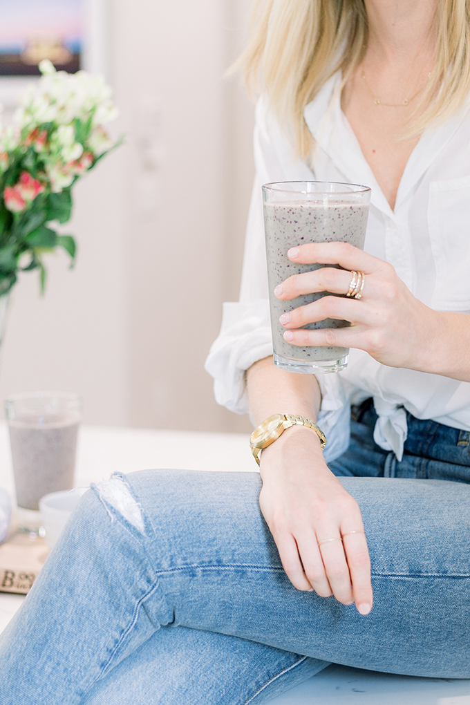 How to build a healthy smoothie in 5 easy steps to stabilize blood sugar levels, achieve an optimal weight, clear up acne and boost energy levels! Click through for the full tutorial by Integrative Nutrition Health Coach, Carly Paige.